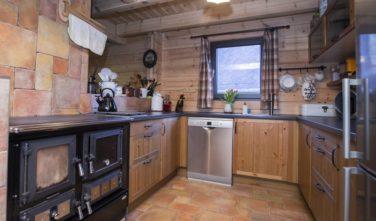 Sruby KONTIO v kuchyni jsou kamna na pevné palivo