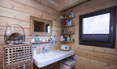 Sruby KONTIO koupelna s oknem