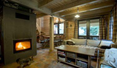 Obývací pokoj s krbem - sruby KONTIO