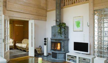 Finské sruby KONTIO - kamna v obývacím pokoji
