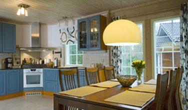 Finské sruby KONTIO - jídelna s kuchyní v modrém stylu