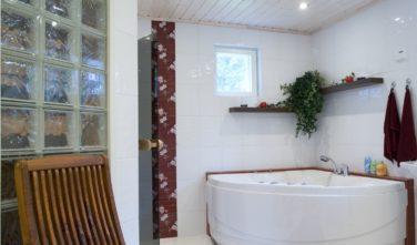 Finské sruby KONTIO - koupelna s rohovou vanou
