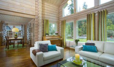 Finské sruby KONTIO - obývací pokoj s jídelnou