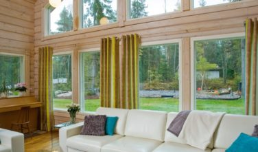 Finské sruby KONTIO - obývací pokoj s pohledem do zahrady