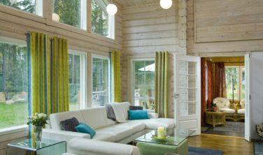 Finské sruby KONTIO - obývací pokoj s pohledem do zahrady 1