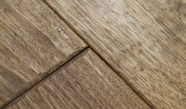 Detail drásané dřevěné podlahy - srubové domy KONTIO