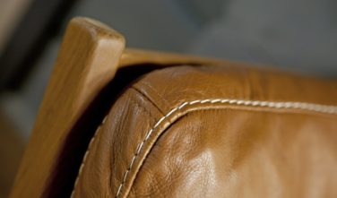 Detail štěpování koženého opěráku křesla v domě KONTIO