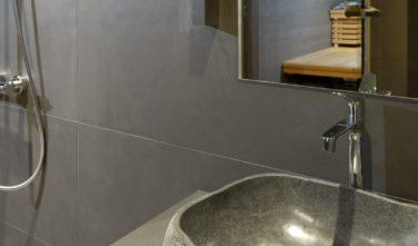 Luxusní srubový dům KONTIO kamenné umyvadlo v koupelně