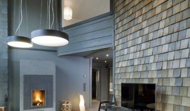 Luxusní srubový dům KONTIO průhled z obýváku do ložnice v patře