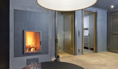 Luxusní srubový dům KONTIO obývací pokoj v přízemí se světlem Artemide