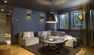 Obývací pokoj v domě KONTIO s osvětlením Artemide