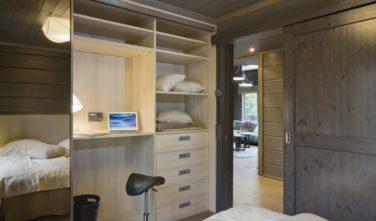 Luxusní srubový dům KONTIO pracovní kout ve skříni