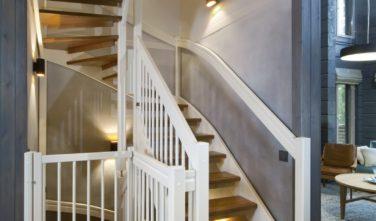 Luxusní srubový dům KONTIO schodiště