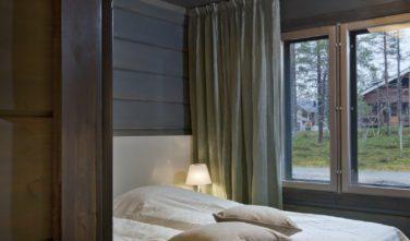 Luxusní srubový dům KONTIO útulná ložnice