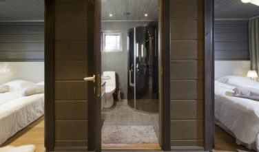 Luxusní srubový dům KONTIO vyhřívaná dlažba v koupelně