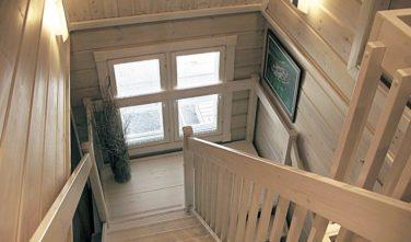 Srubový dům KONTIO schodiště