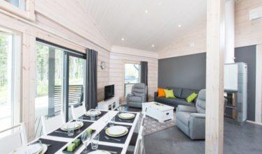 Srubové domy KONTIO - jídelna v zeleno-bílé kombinaci