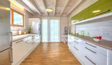 Srubové domy KONTIO - kuchyň v bílém lesku