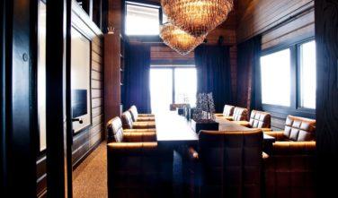 Luxusní srubový dům KONTIO - Mountain ski house - konferenční místnost