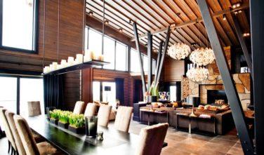 Srubové domy KONTIO Villa Copperhill lounge s krbem