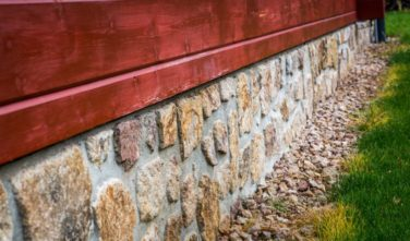 Srubový dům Kontio kamenný obklad soklu