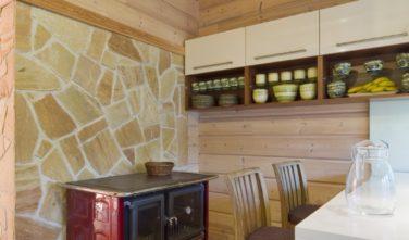 Srubový dům KONTIO kamna v kuchyni