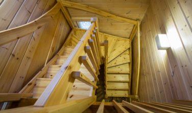 Srubový dům Kontio samonosné schodiště
