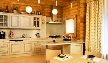 Luxusní srubový dům - dřevostavba z masivu Aster interiér kuchyň