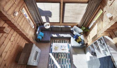Dřevostavby Kontio River House obývací pokoj a katedrálový strop
