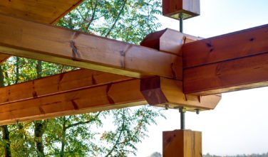 Dřevostavby Kontio bungalov na Moravě exteriér, terasa, detail trámu
