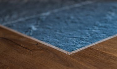 Detail přechodu mastkové podlahy u krbových kamen