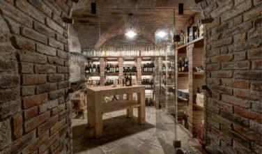 Vinný sklep se stolem zhotoveným z přebytků trámů ze stavby.