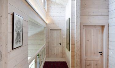 Dřevostavby Kontio rodinný dům SmartLog Švýcarsko Valais chodba