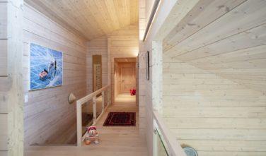 Dřevostavby Kontio rodinný dům SmartLog Švýcarsko Valais chodba, galerie