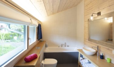 Dřevostavby Kontio rodinný dům SmartLog Švýcarsko Valais koupelna