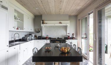 Dřevostavby Kontio rodinný dům SmartLog Švýcarsko Valais kuchyně