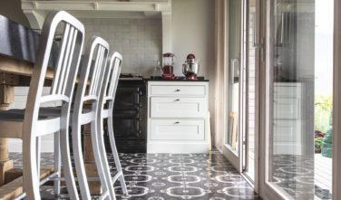 Dřevostavby Kontio rodinný dům SmartLog Švýcarsko Valais kuchyně, detail podlahy