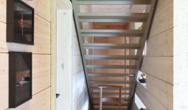 Dřevostavby Kontio rodinný dům SmartLog Švýcarsko Valais schodiště