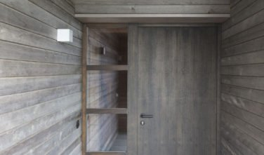 Dřevostavby Kontio rodinný dům SmartLog Švýcarsko Valais vstup