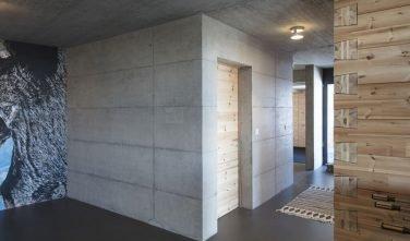 Dřevostavby KONTIO rodinný dům ve Valais betonové prvky - interiér