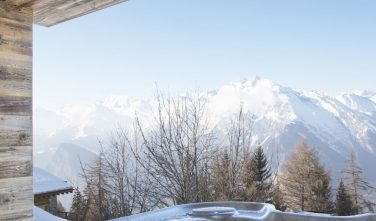 Dřevostavby KONTIO rodinný dům ve Valais výhled z vířivky