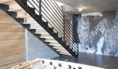 Dřevostavby KONTIO rodinný dům ve Valais schodiště v interiéru