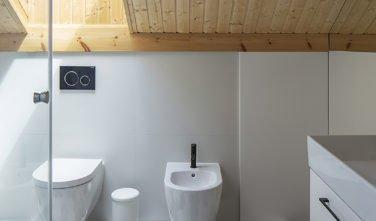 Dřevostavby KONTIO rodinný dům Iso-Kajastus v Poznani-koupelna