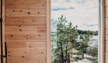 Dřevostavby KONTIO - Projekt Ö - moderní vila na ostrově - výhled z koupelny
