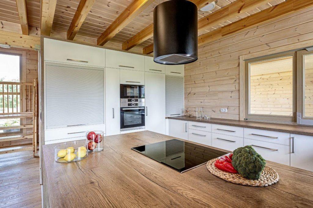 Dřevostavby KONTIO - rodinný dům Iso-Kajastus - interier - kuchyňská linka