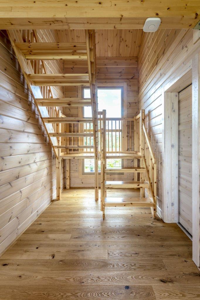 Dřevostavby KONTIO - rodinný dům Iso-Kajastus - interier - schodiště